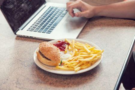 comida chatarra: Ordenador portátil con el almuerzo, romper el ayuno