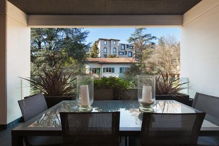 decoracion mesas: Semiproductos de nuevo apartamento, balcón con mesa y sillas