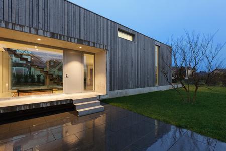 Ingang van een modern huis, nachtscène