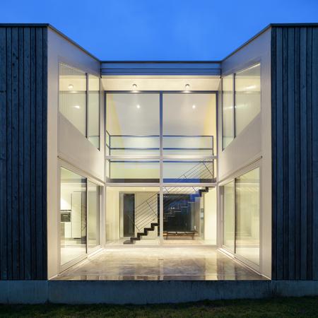아름다운 현대 집, 밤 장면