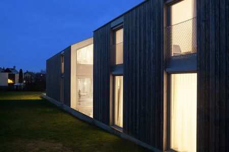 cielos abiertos: Exterior of a modern house, night scene