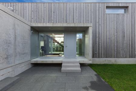 Ingang van een modern huis in beton en hout, exterieur Stockfoto