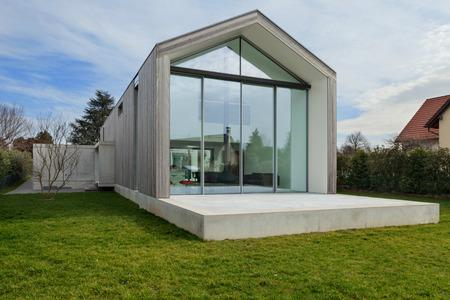 El exterior de una casa moderna, vista desde el césped