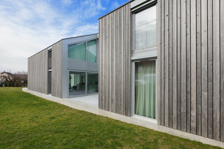 시멘트와 나무, 잔디에 현대 집의 외관