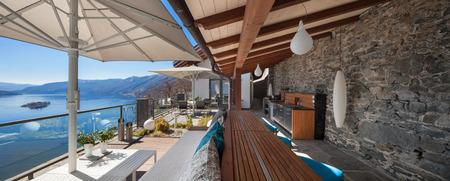case moderne: Salone terrazza con vista lago in una casa di lusso