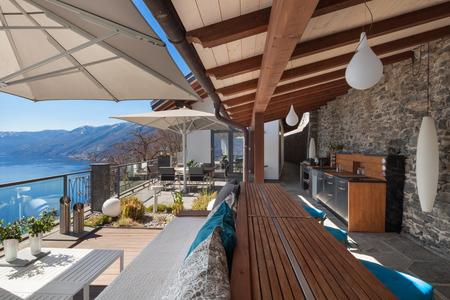 Lounge terras met uitzicht op het meer in een luxe huis