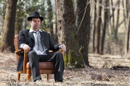 gente durmiendo: Sólo el hombre en las maderas que se sientan en una butaca Foto de archivo