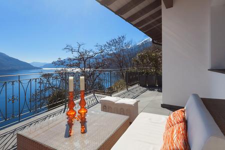 divan: salón terraza con diván cómodo y vista al lago en una casa de lujo