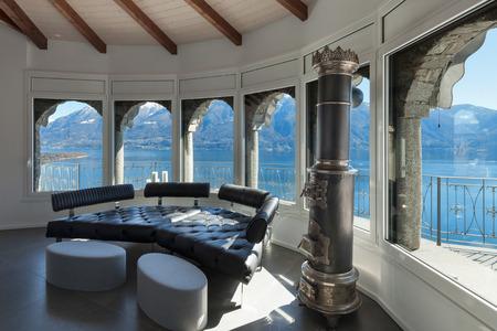 divan: Interior de un loft, amplio salón, diván de cuero