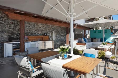 belle terrasse d'une maison de luxe; table à manger