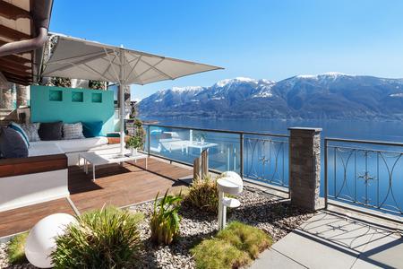 豪華な家で湖を見渡せるテラス ラウンジ 写真素材