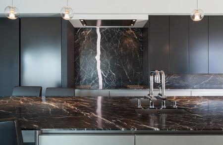 ロフト、キッチンには大理石のカウンター トップ、モダンなデザインのインテリア 写真素材 - 56029799