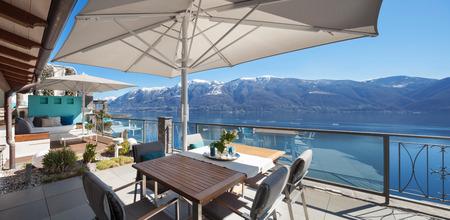 schöne Terrasse eines Luxus-Haus, Blick auf den See Standard-Bild