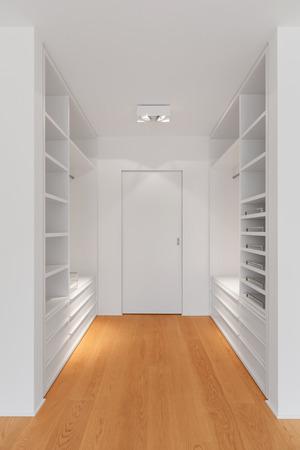 Interno del moderno appartamento con pavimento in legno