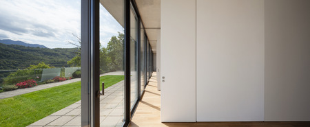 viviendas: corredor del moderno edificio, ventanas con vistas al jardín Foto de archivo