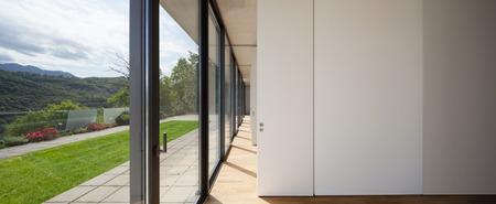 couloir du bâtiment moderne, des fenêtres donnant sur le jardin