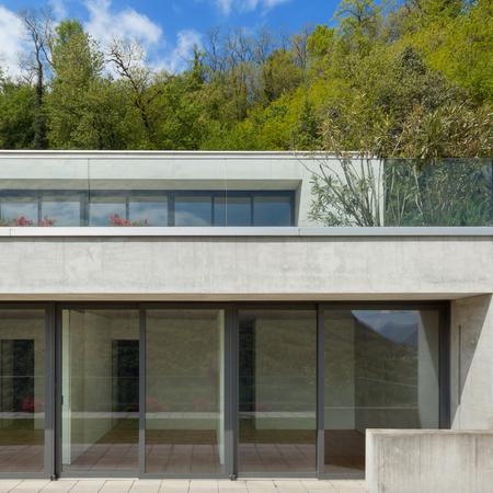 case moderne: L'esterno, facciata di una casa moderna, sfondo bosco
