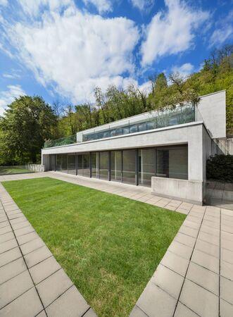 cemento: Exterior, fachada de una casa moderna, fondo arbolado Foto de archivo