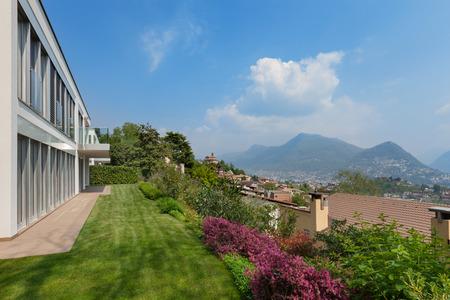 cielos abiertos: exterior de una casa nueva, jardín con césped verde