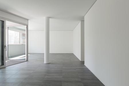 Interno di un appartamento vuoto, ampio soggiorno con terrazzo interno