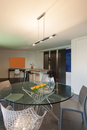 Table en verre avec des chaises, intérieur d'un studio
