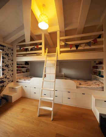 literas: Moderna entre dormitorios casa Foto de archivo