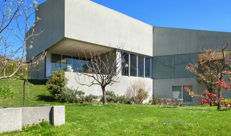Hormigón: Arquitectura diseño moderno, jardín de una casa de concreto Foto de archivo
