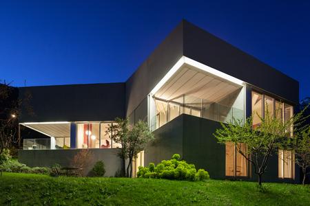 Architectuur modern design, beton huis, nachtscène Stockfoto - 59000262
