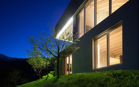 建築のモダンなデザイン、ディテール コンクリートの家、夜のシーン