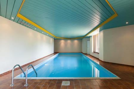 Architectuur, huis met overdekt zwembad Stockfoto
