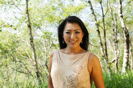 エレガントなアジアの女性の森の中 写真素材