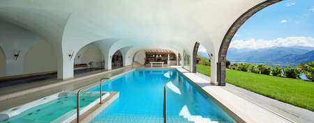 Architectuur, luxe villa met Overdekt zwembad Stockfoto