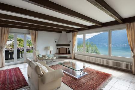 divan: Sala de estar en casa de lujo, cómodo diván y chimenea