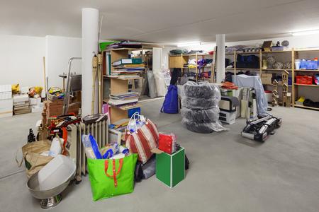 desorden: almacén de la casa, habitación con objetos trastorno