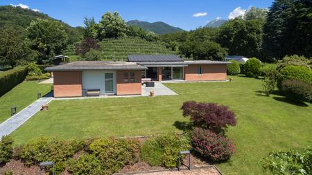 case moderne: veduta aerea di una moderna casa di mattoni con giardino