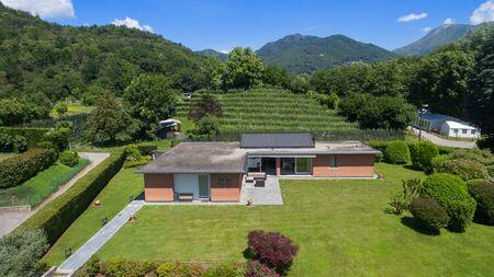 Luftaufnahme eines modernen Backsteinhaus mit Garten