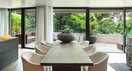 Moderne Esszimmer mit Tisch und Boden aus Hartholz