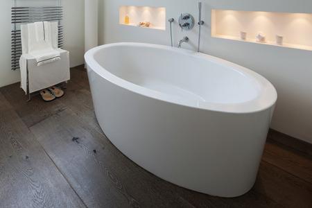 comodo bagno dal design moderno, vasca da bagno in primo piano