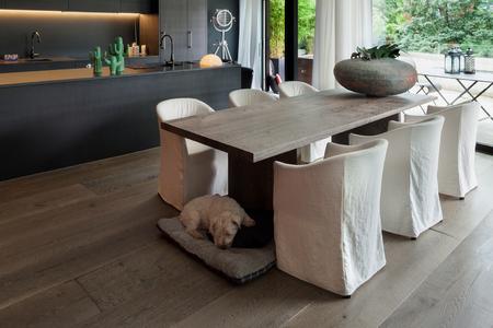Moderne eetkamer met tafel en hardhout