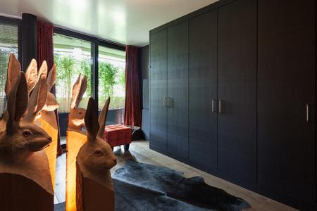 vestidor de una casa de lujo, muebles de negro