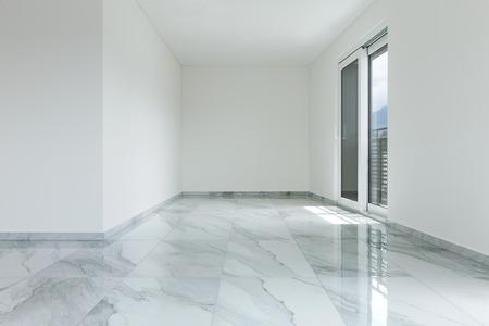 Interieur van lege flat, brede ruimte met marmeren vloer