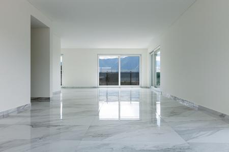 Das Innere der leeren Wohnung, breiter Raum mit Marmorboden Standard-Bild - 62408926