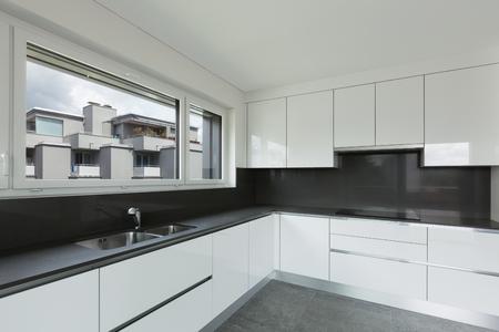 Innenraum Der Leeren Wohnung, Weites Wohnzimmer Mit Küche ...