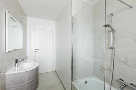 cabine de douche: Intérieur de l'appartement vide, salle de bain blanche avec douche Banque d'images