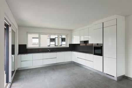 Innenraum der leeren Wohnung, breites Leben mit moderner Küche
