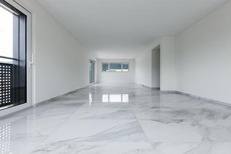 빈 아파트의 인테리어, 대리석 바닥과 넓은 방