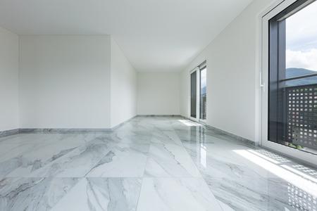 Das Innere der leeren Wohnung, breiter Raum mit Marmorboden Standard-Bild - 62769359