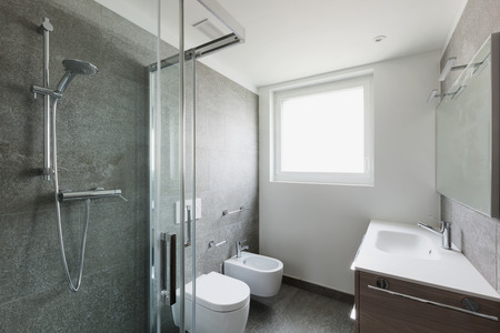 Interior of empty apartment, white bathroom with shower Stockfoto