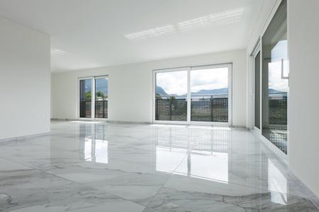 Interieur van lege flat, brede ruimte met marmeren vloer Stockfoto - 62408888