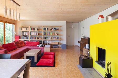 divan: sala de estar de una casa ecol�gica, div�n rojo y chimenea
